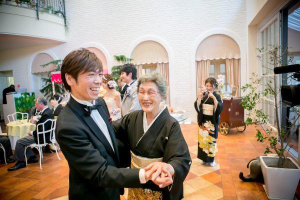お母様と踊る間瀬さん|札幌コンシェル