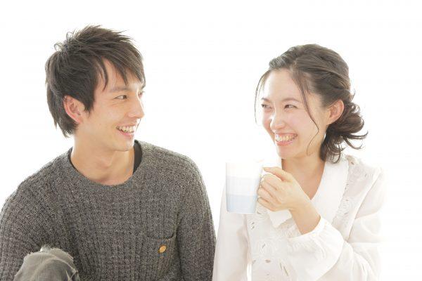 婚約中の笑顔のカップル