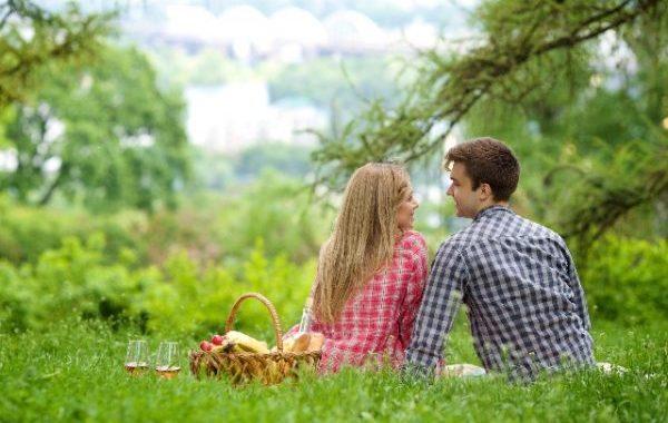 札幌の自然の中でデートをするカップル