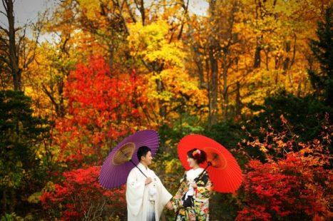 着物を着て秋の結婚式