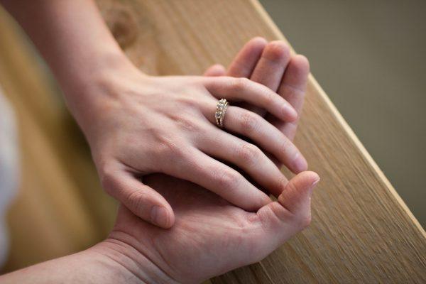 結婚に向けて話し合うカップル