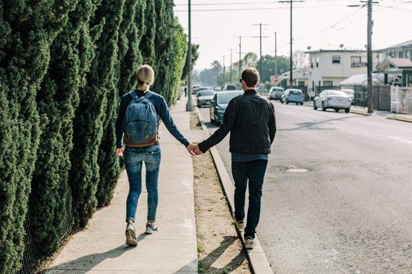 デートに出かけるカップル・夫婦