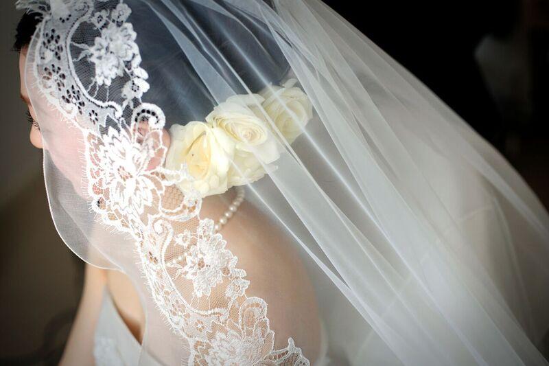 ベールをつける花嫁さま