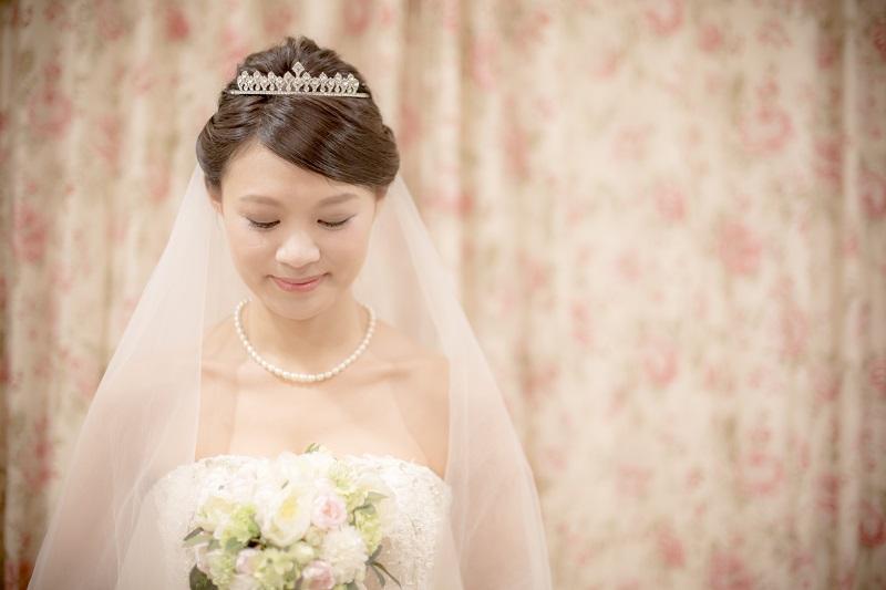 ヘッドドレスをつける花嫁さま