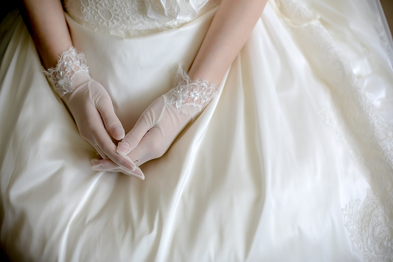 グローブをつける花嫁さま