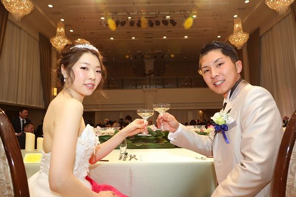 結婚式を楽しむお二人