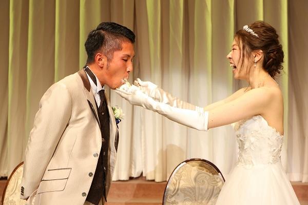 ケーキカットをするおふたり|結婚式