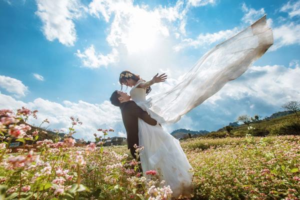 素敵な結婚式を挙げる新郎新婦
