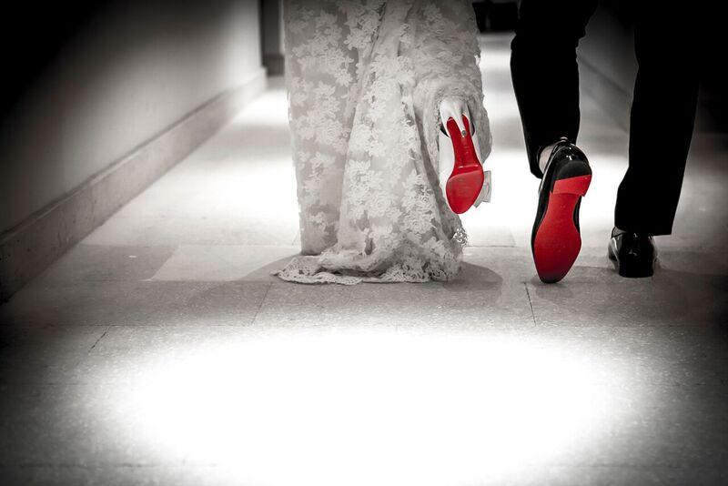 結婚式場を歩く新郎新婦