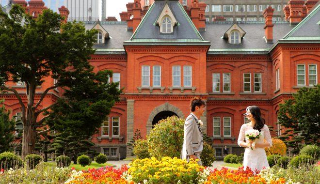 札幌の北海道旧庁舎で写真を撮る新郎新婦